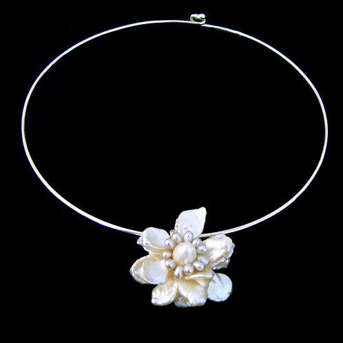 ケシパール フラワー ネックリング  ホワイト ネックレス 花 天然石ジュエリー Monstera leaf