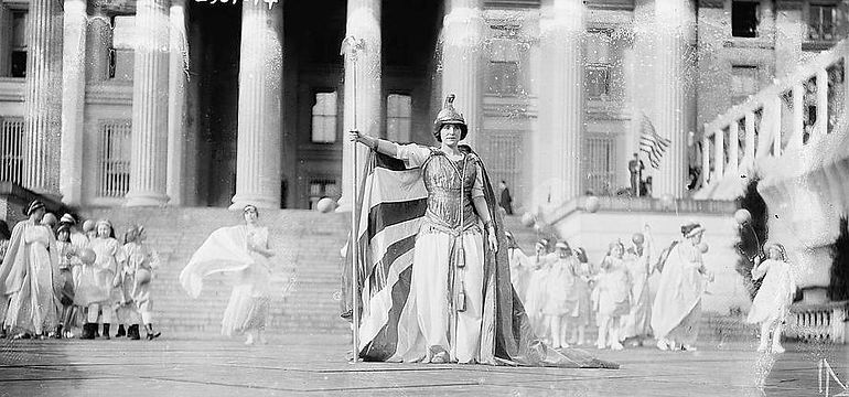 (Hedwig_Reicher_as_Columbia)_in_Suffrage_Pageant_(LOC)_(2615537545).jpg