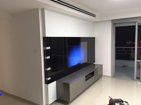חיפויי זכוכית למטבח עם טלויזיה
