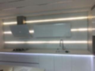 חיפויי מטבח עם תאורה נסתרת