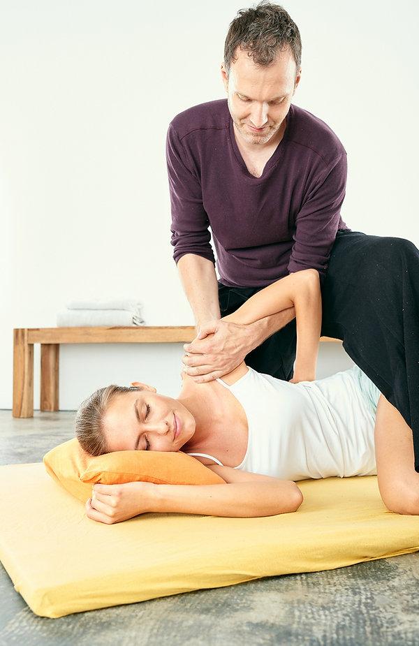 Thaimassage in Berlin's Mitte von erfahrenem zertifizierten Thai Massage Therapeuten und Lehrer. Viele Jahre Training mit den besten Meistern Thailands.