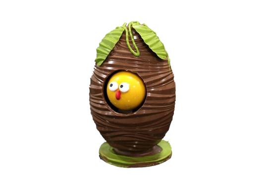 Huevo con pollito asomado