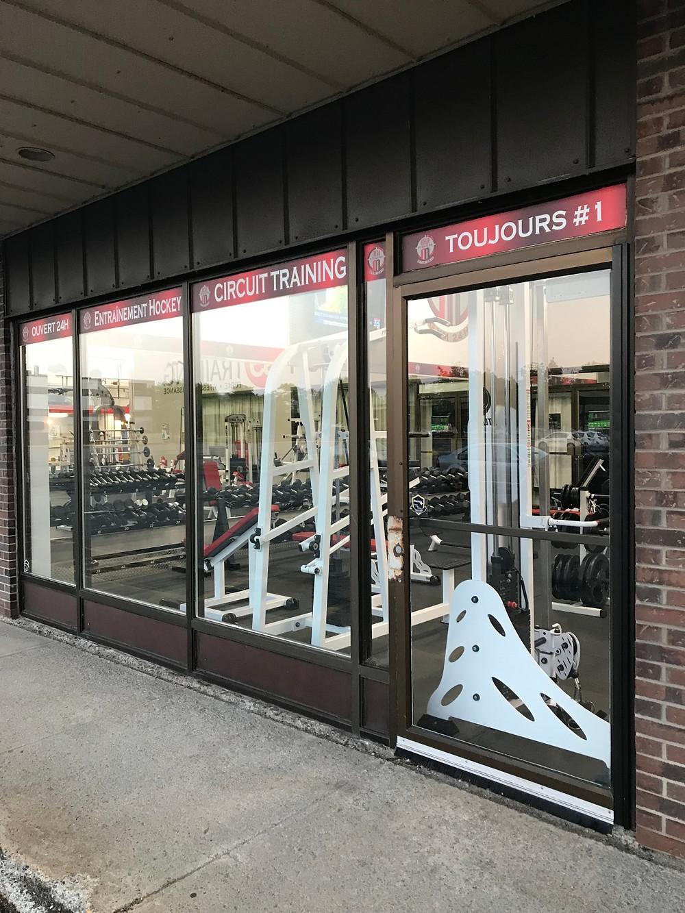 Vitrines propres du Méga Fitness 24h situé sur l'Avenue Saint-Jean Baptiste à Québec.