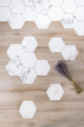 Azulejos autoadhesivos de mármol de Lokoshop diseñado por Sébastien Robert
