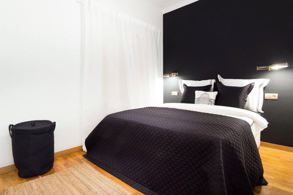 Dormitorio en blanco y negro despues de home staging