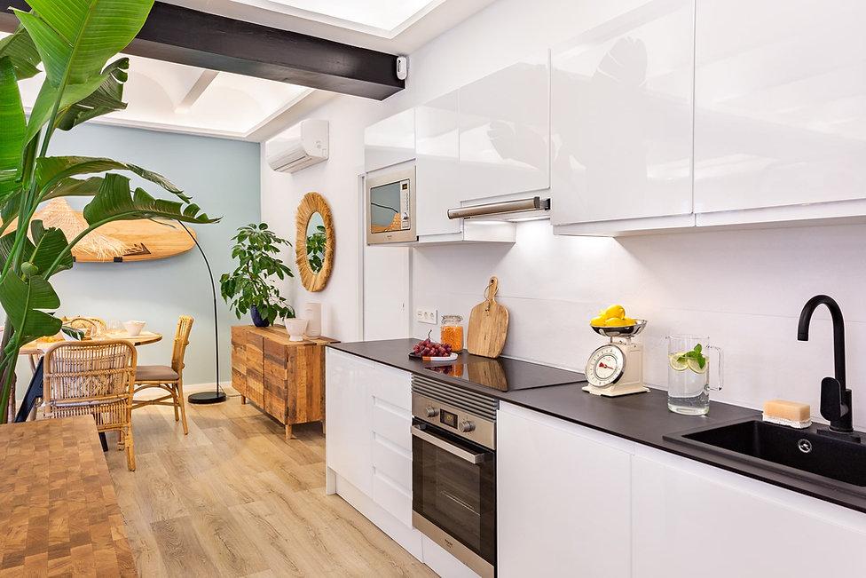 Cocina equipada para piso en alquiler con sebastien Robert en el centro de Barcelona