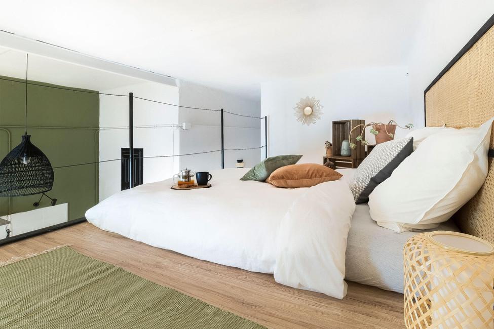 Dormitorio exclusivo en altillo para comprar en Barcelonabaño con pintura especial para azulejosome-staging-sants-sebastien-