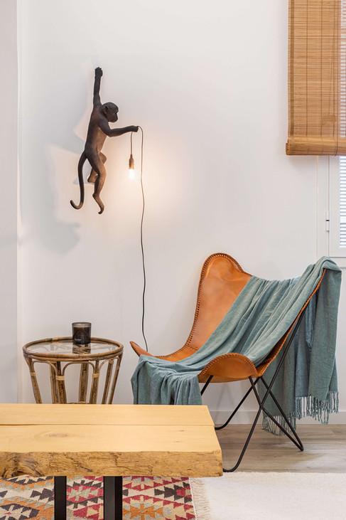 Rincón de lectura con lámpara Monkey como protagonista