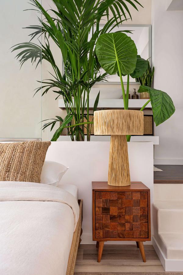 Detalle dormitorio suite con mesa de noche de Zara Home