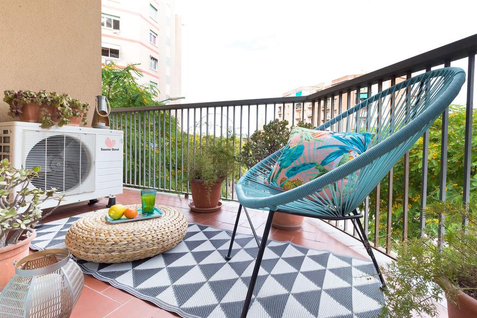 Piso en venta con terraza en Horta decorado con silla acapulco