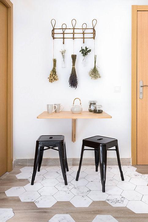 Recibidor preparado para venta con mesita de madera de Ikea