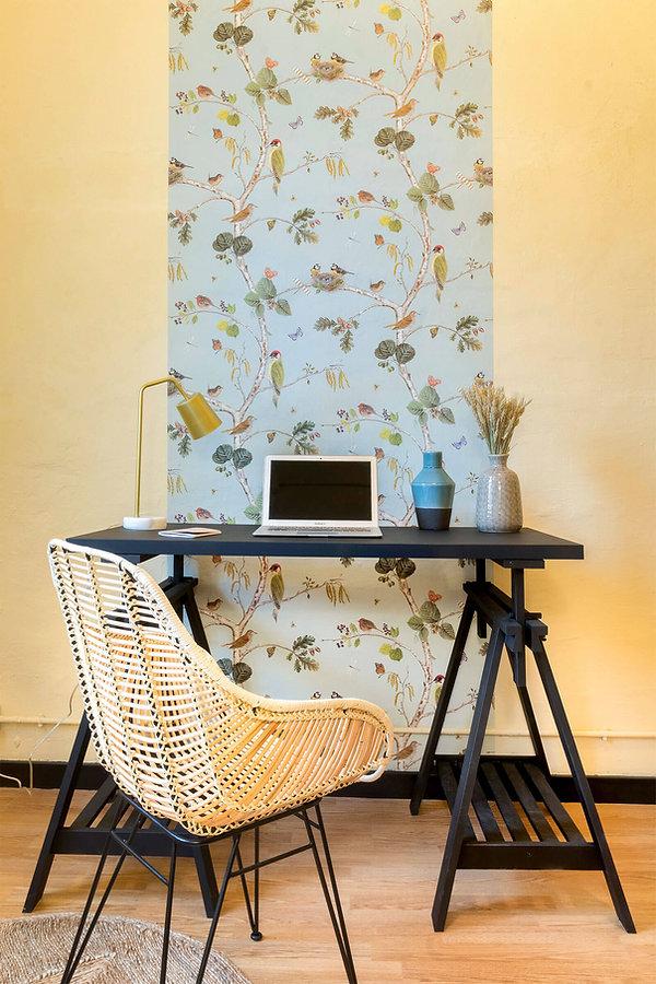 Studio décoré avec du papier peint Merle de papelesdelos70