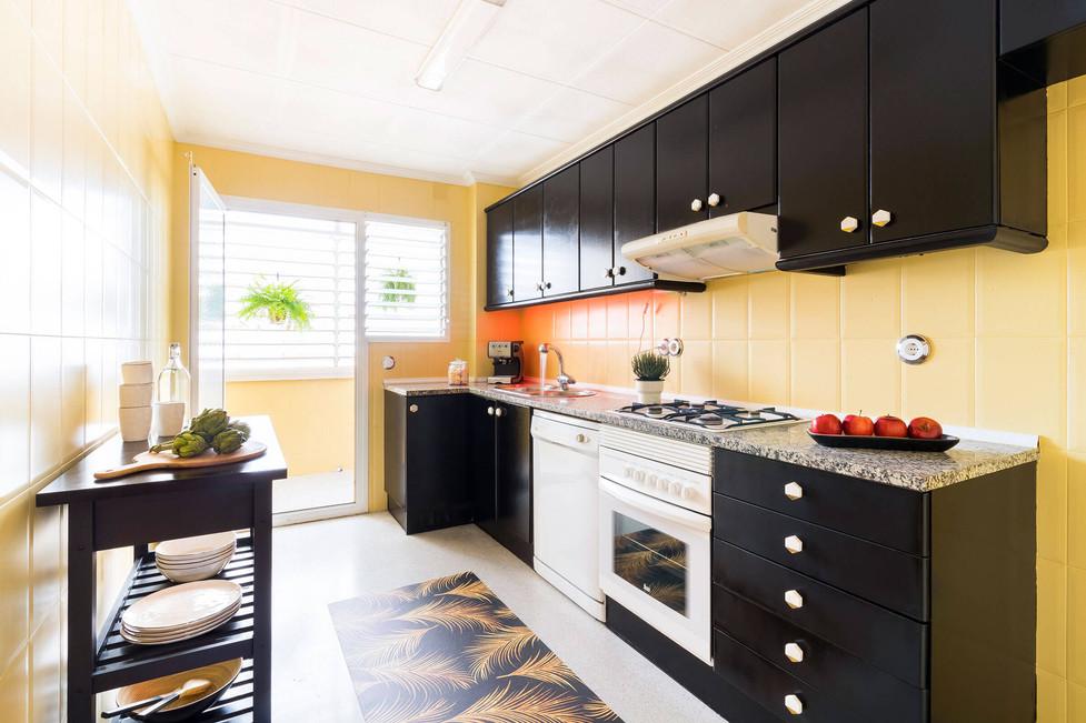 Cocina amplia y luminosa decorada con pomos de Zara Home