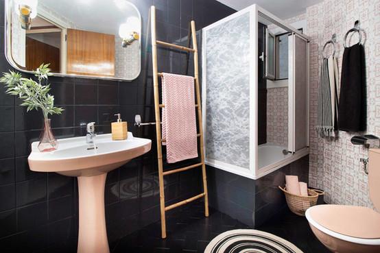 Dessiné par Sébastien Robert en noir et rose pale pour salle de bain