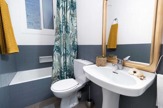 Two-tone design of special bathroom paint by Sébastien Robert