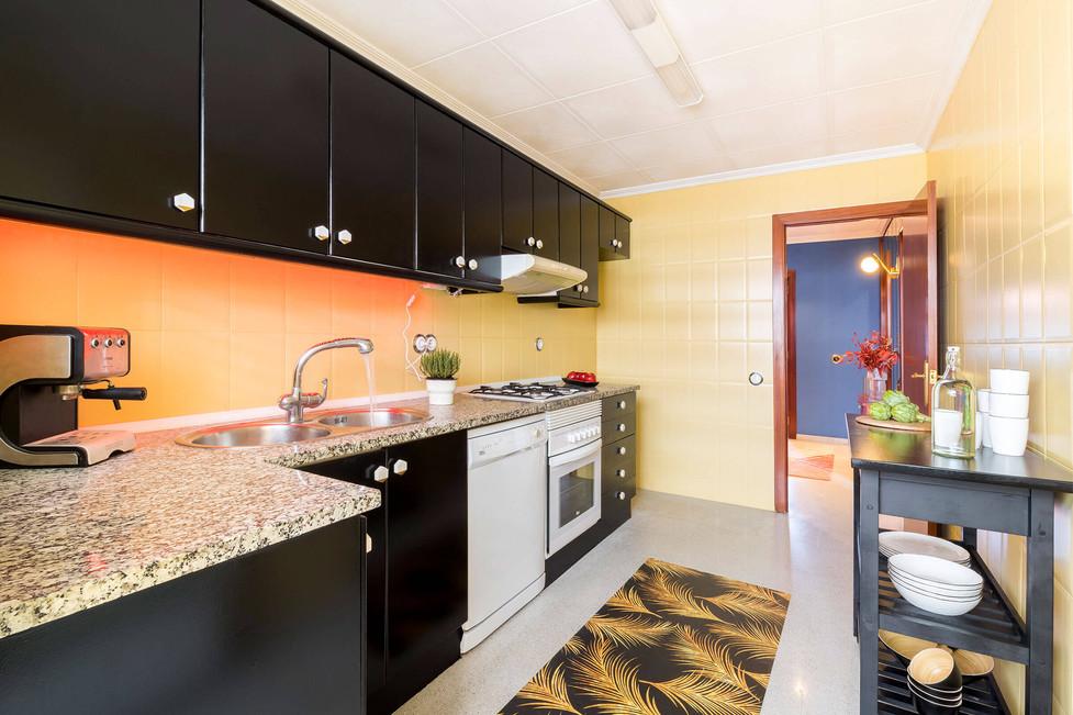 Cocina negra y amarilla reformada con la técnica del Home Staging