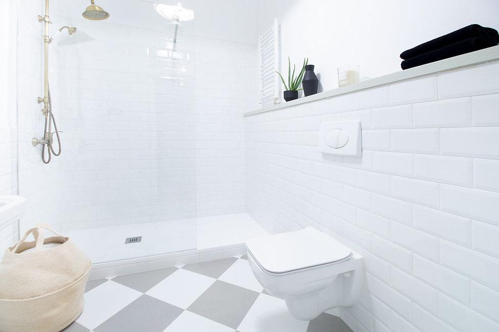Salle de bain rénovée avec des meubles et accessoires Leroy Merlin
