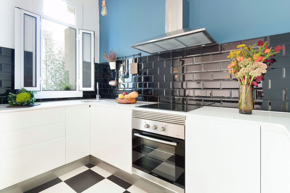 Cocina reformada con muebles modernos blancos de Bricomart
