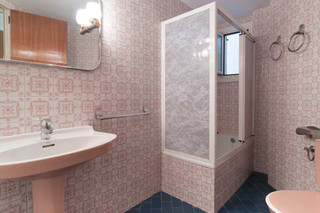 Change an old-fashioned bathroom in the Clot for very little money