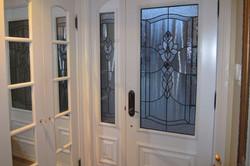 Porte et latérale munis de vitraux