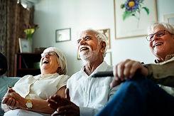 pessoas-senior-assistindo-televisao-junt