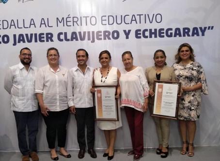 Reconocimiento al mérito académico, otorgado a la Mtra. Violeta Gómez Carrera