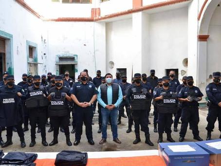 PRESIDENTE MUNICIPAL ENTREGÓ UNIFORMES COMPLETOS Y CHALECOS BALÍSTICOS A POLICÍAS
