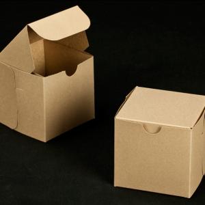 Boites en carton blanc ou couleur Kraft pour les cupcakes avec ou sans fenêtre | Peut contenir 1, 2, 6 ou 12 cupcakes.
