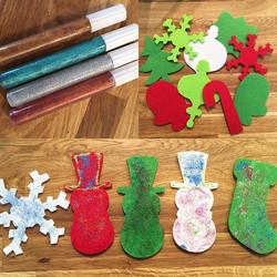 Who doesn't love a little glitter glue 🎄⛄️❄️🎨_We do! We do! 🙋🏼🙋🏽♂️ #christmascraft #creativee