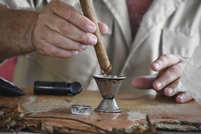 Cigar maker at work