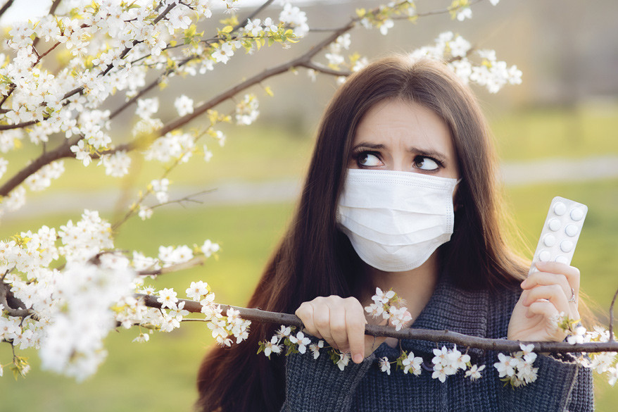 Woman wears a mask to avoid pollen