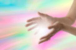 Техника самооздоровления. Схемы наложения рук во время сеанса Рейки. Во время самоизлечения будьте в спокойном душевном со¬стоянии и создайте спокойную мирную атмосферу. Рекомендует-ся успокаивающая медитативная музыка.  Рекомендации перед началом, и во время самолечения •   Снимите часы, кольца и другие украшения. •   Вымойте руки с мылом до и после сеанса. •   Расслабьте тугие ремни, повязки, галстук. •  Желательно снять обувь, не скрещивать ноги, сидеть (лежать) расслабившись. •  Кладите руки без давления, немного округлив согласно фор¬ме тела, так, чтобы иметь хороший контакт рук с телом…