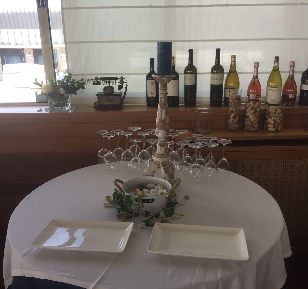 Las mesas de apoyo a los camareros, también las decoramos