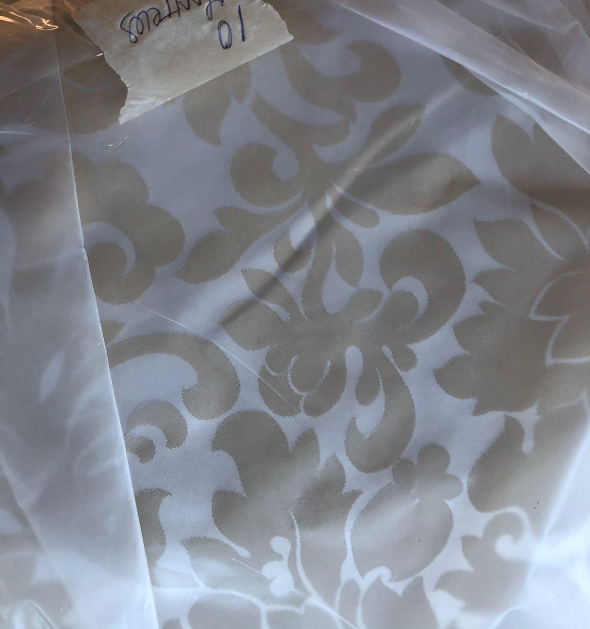 al principio se eligieron los manteles, a juego con sillas en tonos beige y blanco, que sirvieron para dar el tono a toda la decoración