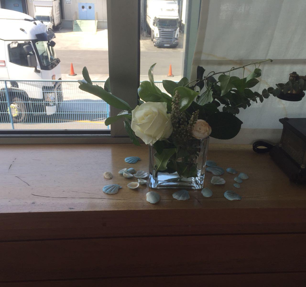 y por todos los rincones colocamos centros de flores