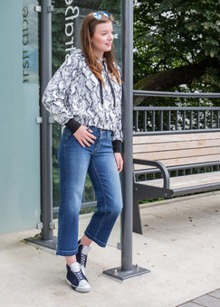 Pullover: Margittes,  Sneaker: BINKS bei U I SHE
