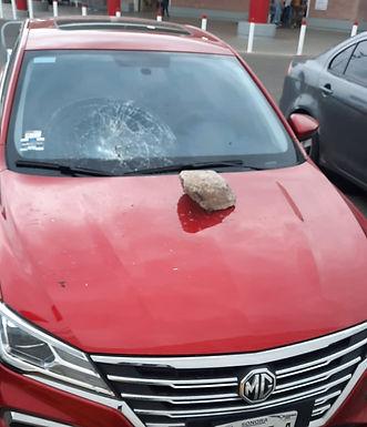 Arremete indigente contra automóviles en estacionamiento de centro comercial
