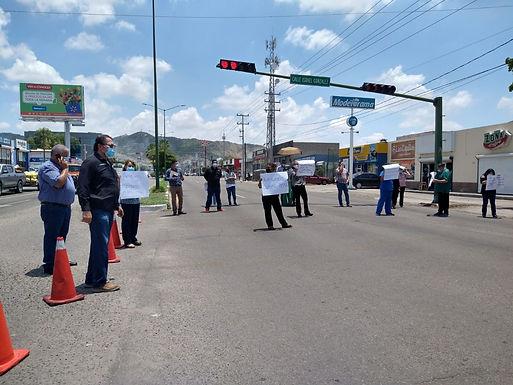 Bloquean trabajadores del CREE bulevar López Portillo ¡No les dan cubrebocas!