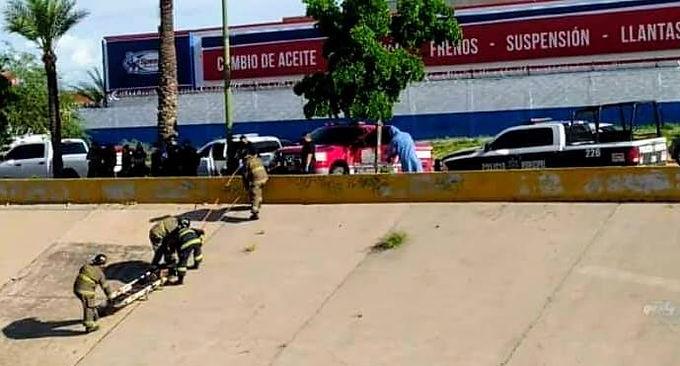 Encuentran cuerpo de hombre en estado de descomposición en el canal del Río Sonora