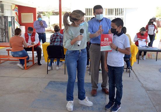 Benefician con becas y estímulos a estudiantes de zona rural oriente de Hermosillo