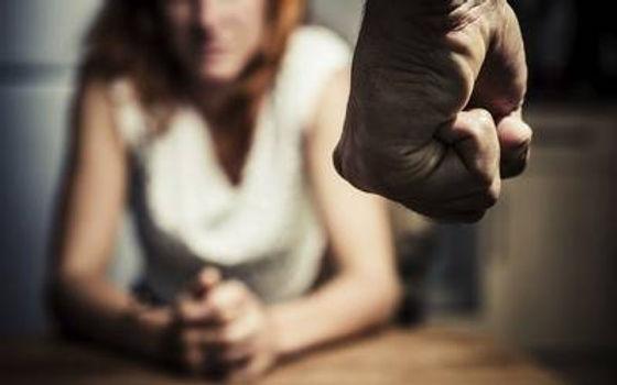 Encontró a su esposo con otra y al reclamarle la golpeó