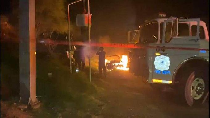 Cuelgan a taxista, dejan narcomensaje e incendian su vehículo