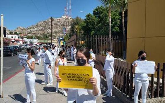 """""""Queremos ser vacunados"""": Médicos residentes de la clínica 37 del IMSS"""