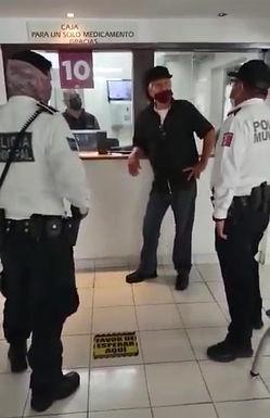 Isssteson manda a policías a retirar a anciano que exigía sus medicamentos