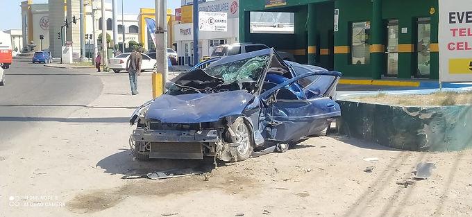 Jóvenes resultan lesionados al volcarse su vehículo luego de una persecución