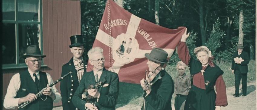 Folkemusikere ved sommerfest i Floes 1947.  Fløjte: Knud Levinsen, Oustrupgaard  Folkedanser: Knud Peter Sørensen, Ørsted  Violin: Købke Reimers, Randers  Violin: Alfred Kjeldberg, Syvveje.  Drengen er Jens Lundkvist, Langkastrup.
