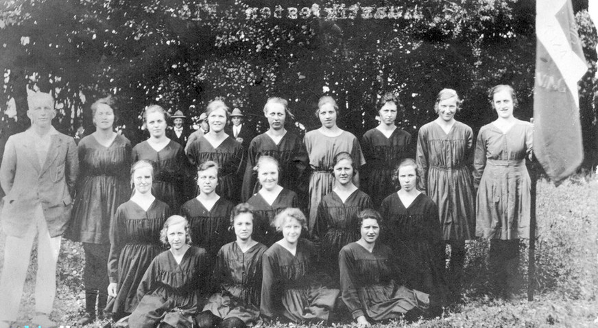 Gymnastikstævne i Floes 1924. Leder af holdet: Aage Galmstrup, Aarslev.  BAGEST FRA V: ASTA JUUL - MAGDA RASMUSSEN - DINNE KRARUP - AGNES GROSEN - MARIE RASMUSSEN - GUNHILD CILLEBORG - KIRSTEN JUUL - SØSTER GALMSTRUP.  MELLEM RÆKKE: KATHRINE KARLSON (BRUGSEN) - GERDA LUDVIGSEN - KATHRINE ANDERSEN (SENERE GIFT MED HARALD BAK, AARSLEV) - INGRID BØJE - ? .  FORR. RÆKKE: SIGNE RASMUSSEN (SENERE GIFT MED SMED BRYNILDSEN, AARSLEV) - MIE RASMUSSEN - ANNA KRARUP - SIGNE LAURSEN.