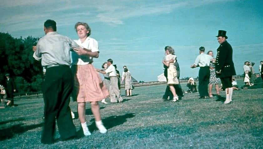 Folkedans i Floes Skov omkring 1940