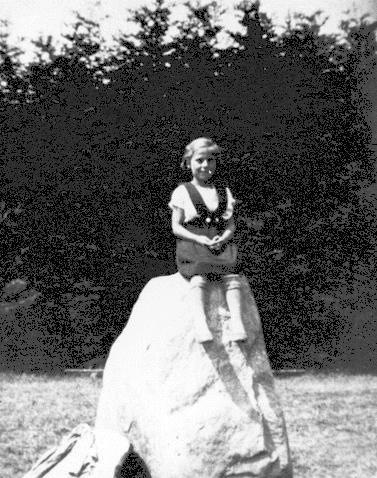 Ved udgravningen til sportstadionet stødte man på en stor sten, her sidder datteren Anna på den i 1937. Den blev i 1945 skænket til Uggelhuse by, der brugte den som mindesten for befrielsen.