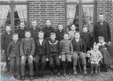 Dette foto er taget omkring 1897. Sønderhald Egnsarkiv har navne på næste alle eleverne. Læreren er Martinus Sørensen, Ring Skoles første lærer. Ved hans side ses hans to ældste børn, Gerda og Niels Kejser.